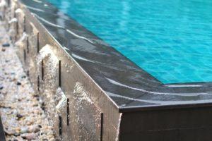 ตัวอย่างสระว่ายน้ำระบบน้ำล้น